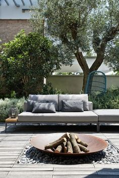 Interior Design Christopher Ward Studio Designs a Contemporary Home in Reggio-Emilia, Italy- I like the outdoor fire pit Outdoor Lounge, Outdoor Rooms, Outdoor Gardens, Outdoor Living, Outdoor Decor, Outdoor Couch, Chill Out Lounge, Fire Pit Designs, Fire Pit Backyard