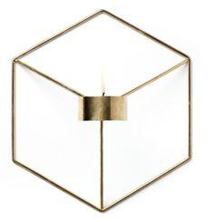 Endelig er den her! POV polert messing, er en veggmontert lys stearinlys holder som kan brukes enkeltvis eller som gruppe, designet av Note for Menu.Mål: B 18.5 x D 10,5 x H 21 cm.