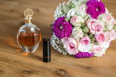 Hochzeit, Hochzeitsstrauß, Brautstrauß, Blumen, pink, Getting Ready, Parfum, Lippenstift, Hochzeit, heiraten, Hochzeitsfotos, Hochzeitsreportage, Hochzeitsfotografie, Öhringen
