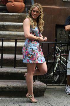 Hilary Duff's Casual Updo Hairstyle - Celebrities Female Hilary Duff Legs, Hilary Duff Style, Celebrity Beauty, Celebrity Style, Casual Hair Updos, Pernas Sexy, The Duff, Beautiful Legs, Beautiful Celebrities