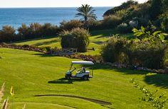 Comer, dormir y amar en el Algarve | por Lorena G. Díaz, Revista HOLA 09.07.2013 | No hizo falta que me insistieran mucho para montar un viaje al Algarve. Aunque Portugal es uno de esos países que por pura cercanía resulta un buen comodín, también es uno de esos destinos que siempre esconde alguna sorpresa y sobre todo, muchas alegrías. #Portugal Foto: Golf en el Algarve