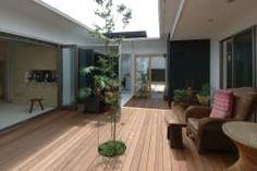 中庭のウッドデッキ: スタジオ・ベルナが手掛けたバルコニー&テラスです。