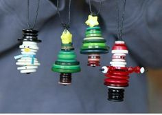 Mini button ornaments More button crafts Christmas Makes, Noel Christmas, Christmas Crafts For Kids, Homemade Christmas, Christmas Projects, Holiday Crafts, Christmas Gifts, Christmas Ideas, Christmas Button Crafts