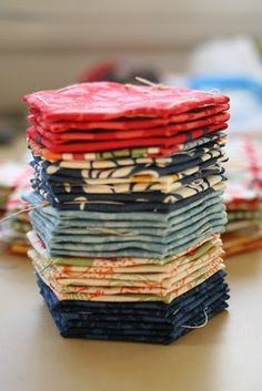 See the English Paper Piecing Tutorial within this post. Also, great tutorial on making a hexagon border. Hexagon Quilt Pattern, Hexagon Patchwork, Quilt Patterns, Hexagon Quilting, Patchwork Ideas, Block Patterns, Hand Quilting, Quilting Tips, Quilting Tutorials