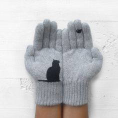 Guanti grigi chiaro con gatto e uccello