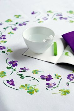 Une nappe brodée de violettes Deco Nature, Mexican Embroidery, Green And Purple, Pansies, Embroidery Designs, Table Decorations, Sewing, Knitting, Tableware
