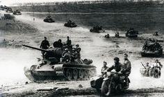 Советские танки Т-34-85 на марше в наступлении