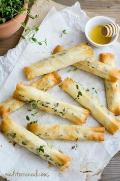 goat cheese cigars with lavender, honey, and thyme from Mediterranealicious Lavender Recipes, Fingerfood Party, Appetisers, Queso, Appetizer Recipes, Love Food, Brunch, Food Porn, Cooking Recipes