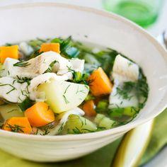 Kesäinen kalakeitto syntyy uusista perunoista, porkkanoista ja sipuleista.