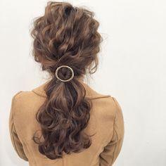 耳から後ろの髪を一つに結びます。