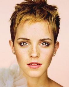 From Hermione's curly mane to that striking post-Potter pixie cut: Emma Watson is a hair hero. Having grown up in the spotlight, Emma Watson has had her hair. Martin Schoeller, Emma Watson Pixie, Emma Watson Short Hair, New Hair, Your Hair, Best Pixie Cuts, Short Cuts, Short Wavy, Short Bangs