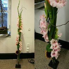 Stativ lagd i forbindelse med konfirmasjon på lørdag.   Blomster brukt; Gladioler og solsikker.