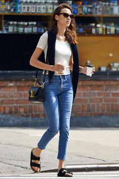 Alexa Chung, con look informal. Sandalias estilo Birkenstock y bolso Louis Vuitton