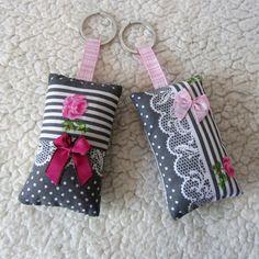 Une idée originale romantique pour un cadeau d'anniversaire ou de fête des mères.   Les deux porte-clés ont été confectionnés dans un tissu en coton gris foncé imprimé f - 18260622