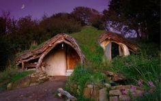 Kannst Du Dir vorstellen, wie ein Hobbit aus Der Herr der Ringe zu leben? Nein? Dann kennst Du das Haus vonSimon Dale noch nicht. Er hat den Traum vom naturnahen und nachhaltigen Leben verwirklic…