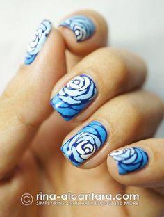 diseño de uñas con rosas azules
