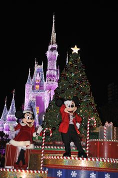 This is how they dance around the Christmas tree at Disney World, Orlando...   ©Disney