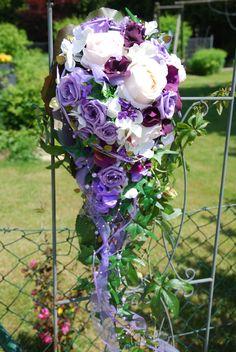 Traumhafter Brautstrauß abfließend Tropfenform in lila weiß beere aus hochwertigen Seidenblumen