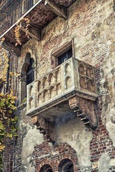 The famous balcony of Romeo and Juliet in Verona, Italy. Loved Verona, even saw an opera in the amphitheater! Places Around The World, Oh The Places You'll Go, Places To Travel, Around The Worlds, Travel Destinations, Travel Trip, Wonderful Places, Beautiful Places, Toscana Italia