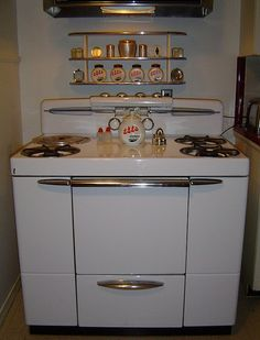 I want a stove like this for my kitchen 1949 Maytag Dutch Oven Range Vintage Stoves, Mid Century Kitchen, Vintage Kitchen, Kitschy Kitchen, Vintage Appliances, Vintage Cooking, Kitchen Remodel, Old Kitchen, Retro Appliances