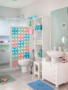 Um banheiro com cores delicadas para encantar pais e filhos - Casa