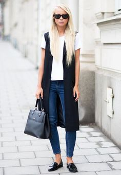 Look colete longo street-style-denim-white-tshirt-long-black-vest