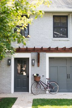 Eingang Hogan Kelly Design Coach Home with grey painted brick and black window . Painted Brick Exteriors, Painted Brick Walls, Home Exterior Makeover, Exterior Remodel, Grey Exterior, Exterior Design, Grey Brick Houses, Estilo Tudor, Garage Door Design