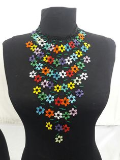 Collar de flores Beading Projects, Beading Tutorials, Beading Patterns, Seed Bead Necklace, Beaded Earrings, Beaded Jewelry, Handmade Necklaces, Handmade Jewelry, Weird Jewelry