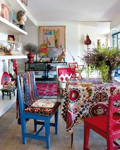 Relaxed colorful, bohemian style. It's all about the textiles.  Artist's home. Micasa Magazine
