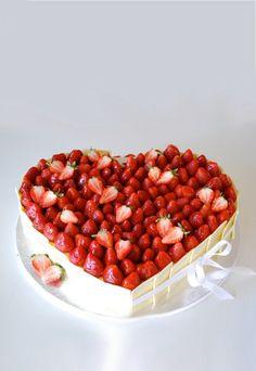 Erdbeer-Torte - Hochzeitstorten bestellen - Dieses fruchtige Beerenherz mit knallroten, frische Erdbeeren ist eine der wohl sommerlichsten Hochzeitstorten für Frischvermählte und ihre Gäste. Von Die Zuckerbäckerin, ab 130 €...