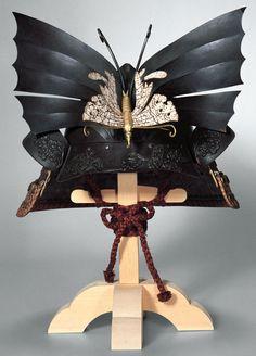 Butterfly Momonari-kabuto (peach-shaped helmet) Edo period, century National Museum of Japanese History. Ikeda clan's butterfly motif crest on helmet. Kabuto Samurai, Samurai Helmet, Samurai Weapons, Samurai Armor, Arm Armor, Katana, Japanese Warrior, Japanese Sword, Japanese History