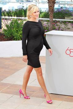 A pregnant Reese Witherspoon rocks bold, neon pink Manolo Blahnik pumps