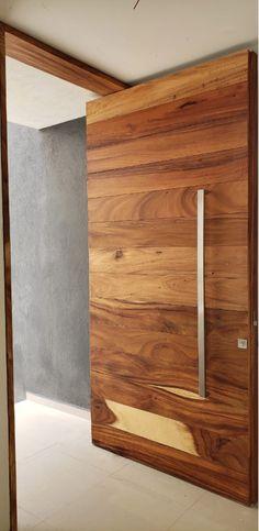 Puerta principal de parota sólida