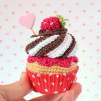 Valentine Crochet Cupcake / kawaii amigurumi via I am a mess