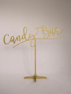 Frei stehendes Candy Bar Schild für Deine Hochzeit. Erhältlich in gold oder silber. www.weddingchic.de