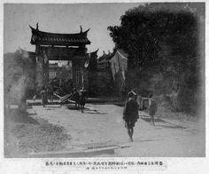 在1895年10月21日,臺南城危機告一段落後。日軍隨軍攝影師,開始在臺南城內到處拍照,留下一系列當時城內的珍貴影像。  猜猜這張照片是現在的哪裡?  圖出自《日清戰爭寫真帖》,日本國會圖書館館藏