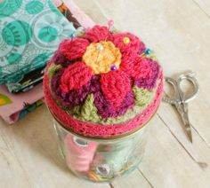 Mason jar crochet pin cushion and sewing kit ... an attractive way to store your sewing supplies! #crochet #masonjar #sewing #pincushion