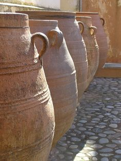 urns of clay Pottery Pots, Ceramic Pottery, Garden Urns, Potted Garden, Olive Jar, Pot Jardin, Ceramic Clay, Clay Clay, Terracota