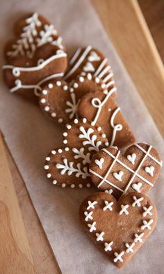 These are the most beautiful cookies I've ever seen! These are the most beautiful cookies I've ever seen! Christmas Sweets, Christmas Cooking, Christmas Gingerbread, Noel Christmas, Christmas Goodies, Simple Christmas, Gingerbread Icing, Christmas Design, Easter Cookies