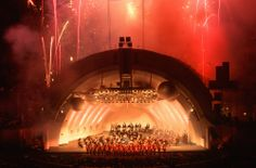 Una sinfónica se prepara para tocar en #LosAngeles. De fondo, los fuegos artificiales llenan de luces los cielos de #California. http://www.bestday.com.mx/Los-Angeles-area-California/ReservaHoteles/