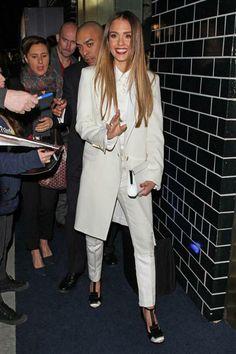 Para la apertura de la tienda Tommy Hilfiger, en Beverly Hills, Jessica Alba vistió un pantsuit color crudo, con camisa, chaqueta y cartera del mismo color. Calzó zapatos negros que en la punta llevan el mismo tono que su traje, un color que le quedó muy bien.