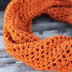 Simple twisted crochet cowl pattern.