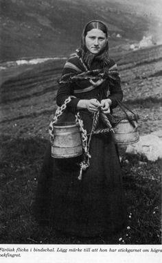 Knitting Patterns Girl Knitting girl from The Faroe Islands ( Føroyar ) Love Knitting, Vintage Knitting, Knitting Patterns, Crochet Patterns, Knitting Wool, Vintage Crochet, Stitch Patterns, Vintage Photographs, Vintage Photos