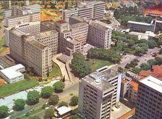Hospital das Clínicas, iniciado durante o governo de Adhemar de Barros, teve muitas alas e institutos anexados até os dias atuais, aqui, vemos ele com as alas e prédios originais. Coletânea de 20 fotos das décadas de 50/60.