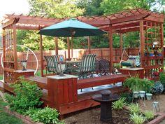 Um pouco de cada coisa para deixar ser quintal convidativo para todos em pequeno espaços. Pérgula,deck, horta de temperos, plantas e flores, fonte, balanço,estar, mesa, cadeiras, banco...