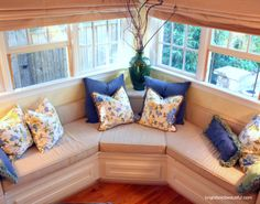 corner window seat - a neat way to solve this problem! Perfect for reading Corner Window Seats, Corner Bench Seating, Window Seat Kitchen, Window Benches, Banquette Seating, Corner Windows, Kitchen Seating, Sweet Home, Decoration