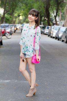 Bolsinha neon maravilhosa! <3 E camisa fresquinha de borboletas. Perfeito.