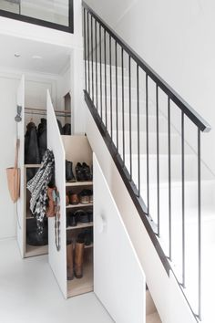 Astuce rangement sous l'escalier placard penderie.