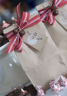 Nice wrapping idea for giving holiday baked goods to classmates, teacher, co-workers Christmas Gift Bags, Noel Christmas, Christmas Gift Wrapping, Christmas Goodies, All Things Christmas, Creative Gift Wrapping, Wrapping Ideas, Creative Gifts, Holiday Crafts