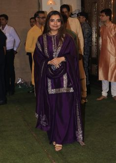 Asian Wedding Dress Pakistani, Pakistani Formal Dresses, Pakistani Fashion Party Wear, Indian Gowns Dresses, Indian Wedding Outfits, Pakistani Dress Design, Bollywood Fashion, Indian Outfits, Sharara